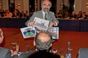 Ο κ. δήμαρχος περιφέρει τις τρεις εικόνες του πλοίου Ίλιον στο δημοτικό συμβούλιο
