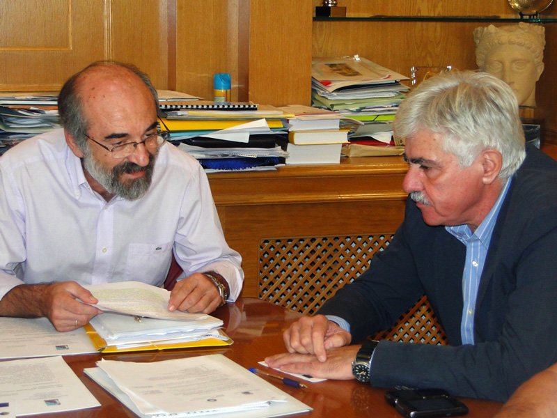 Ο δήμαρχος Αλεξανδρούπολης κ. Λαμπάκης και ο Γ.Γ. της Αποκεντρωμένης Διοίκησης Μακ-Θράκης, κ. Καρούντζος (5/9/2012)