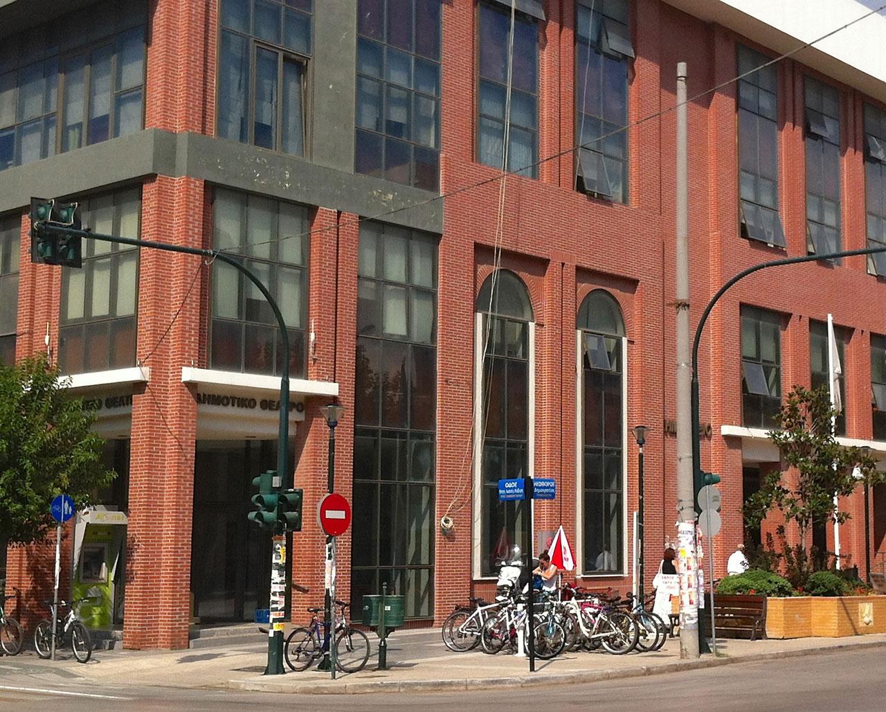 Το Δημοτικό Θέατρο καθαρό από αφίσες και πανώ (19/9/2012)