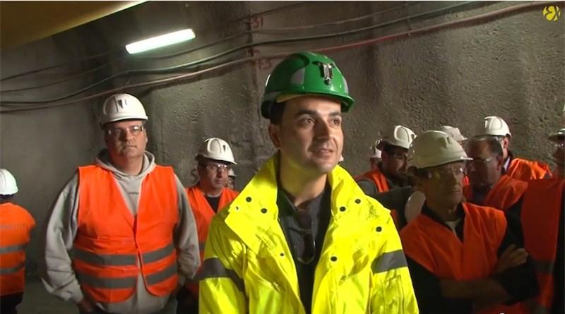Ο Χρήστος Γκιουμουσίδης υποδέχεται κατοίκους από τις Σάπες για να τους ξεναγήσει στα χρυσωρυχεία της Χαλκιδικής (Τετάρτη 30/4/2014)