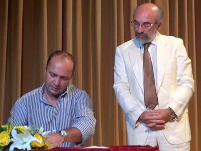Ο κ. Ιωάννης Φαλέκας κατά την ορκωμοσία της νέας δημοτικής αρχής υπό το βλέμμα του κ. δημάρχου (25/8/2014, Δημοτικό Θέατρο Αλεξανδρούπολης)