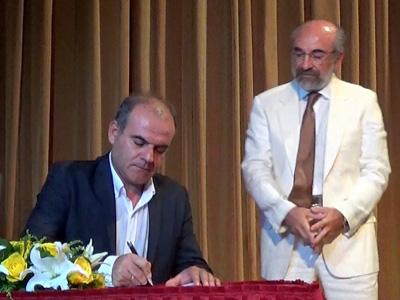 Ο κ. Νικόλαος Γκότσης κατά την ορκωμοσία της νέας δημοτικής αρχής υπό το βλέμμα του κ. δημάρχου (25/8/2014, Δημοτικό Θέατρο Αλεξανδρούπολης)