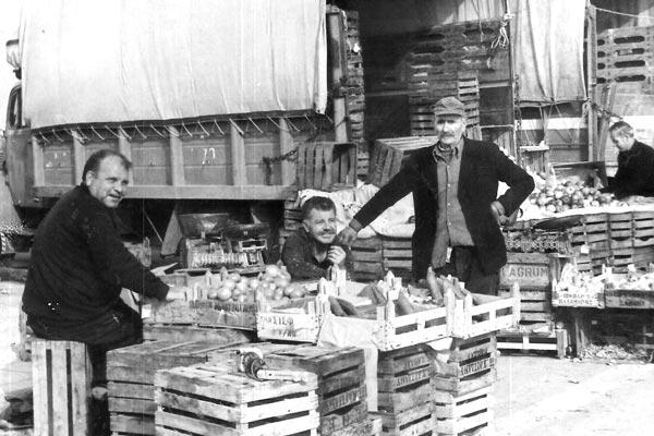 Λαϊκή Αγορά Αλεξανδρούπολης 1972, στη μέση ο Αλέκος Μπατίρης