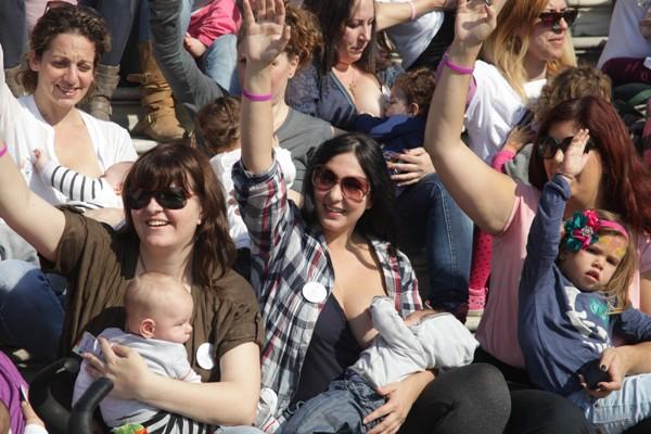 Δημόσιος Μητρικός Θηλασμός στο Ζάππειο (3/11/2013 14:20)