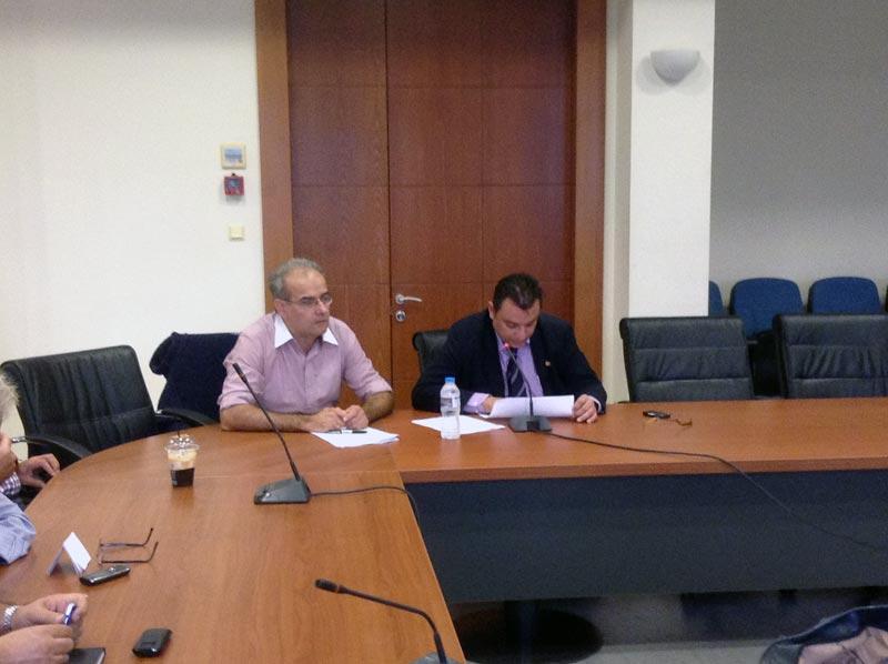 Αριστερά ο εισηγητής κ. Κυρτσίδης Αργύριος (από το λογιστήριο του δήμου) και δεξιά ο ορκωτός ελεγκτής λογιστής κ. Νίκου Γεώργιος (της KSi Greece)