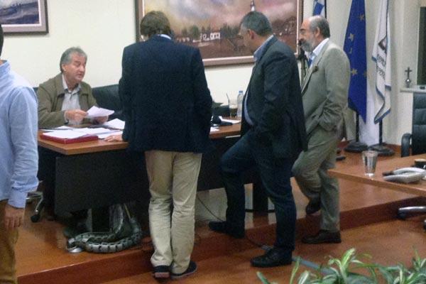 Η διαδικασία καταμέτρησης των ψήφων και η αγωνία κορυφώνεται. Από αριστερά, ο κ. Ταρτανής αντιπρόεδρος του Δ.Σ., ο κ. Βασματζίδης, υποψήφιος Συμπαραστάτης, ο κ. Θυμιανίδης, δημοτικός σύμβουλος, και ο κ. Λαμπάκης, δήμαρχος Αλεξανδρούπολης