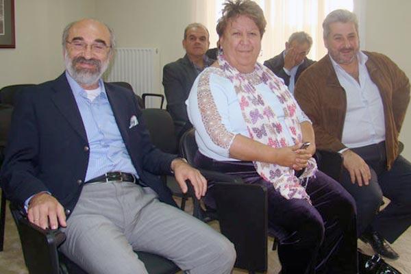 Από αριστερά οι δήμαρχοι Αλεξανδρούπολης και Καβάλας κ.κ. Λαμπάκης και Τσανάκα (πρόεδρος και αντιπρόεδρος της ΠΕΔ), δεξιά ο δημοτικός σύμβουλος Προσοτσάνης κ. Θόδωρος Αθανασιάδης (νέος γραμματέας της ΠΕΔ). Πίσω αριστερά ο αντιδήμαρχος πρωτογενούς τομέα Αλεξανδρούπολης κ. Νίκος Γκότσης και δίπλα του ο κ. Κώστας Δουνάκης πρώην αντιδήμαρχος πρωτογενούς τομέα Αλεξανδρούπολης, οι οποίοι παρέστησαν για να ενημερώσουν τα μέλη του ΔΣ της ΠΕΔ για το θέμα των βοσκότοπων (πηγή: Ελεύθερο Βήμα, 11/10/2014)