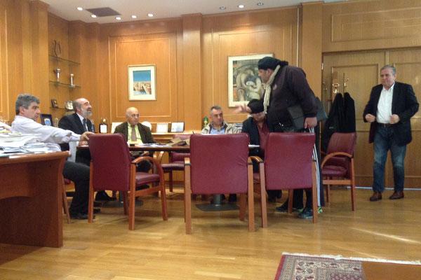 Ο δημότης κ. Καραμπατζάκης υποστηρίζει το αίτημα της συζύγου του στην Οικονομική Επιτροπή της 24/11/2014