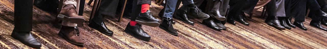 """Κλέψαν την παράσταση οι """"κόκκινες κάλτσες"""" της πρώτης σειράς στη σημερινή ομιλία του Αλέξη Τσίπρα"""