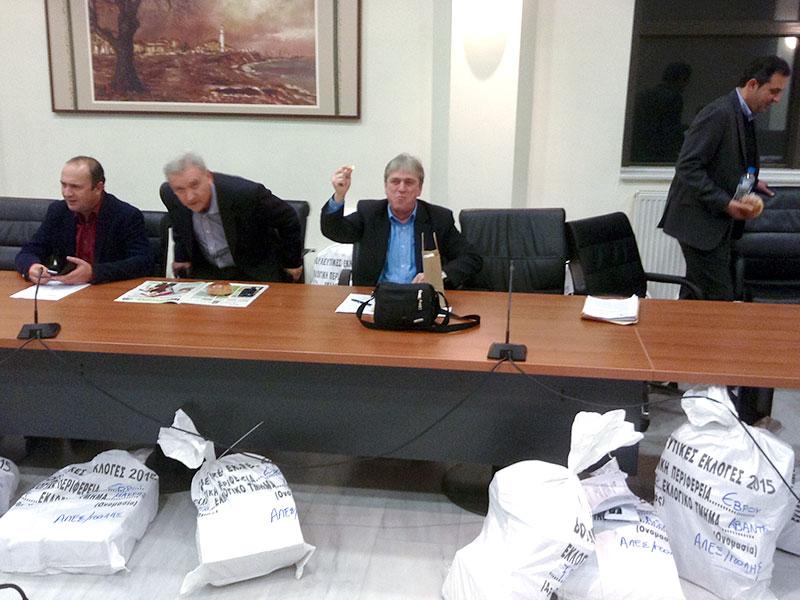 Ο δημοτικός σύμβουλος κ. Παναγιώτης Ζητάκης τυχερός, έτυχε το φλουρί της βασιλόπιτας (και πήρε ένα σετ στυλό-πένας δώρο)