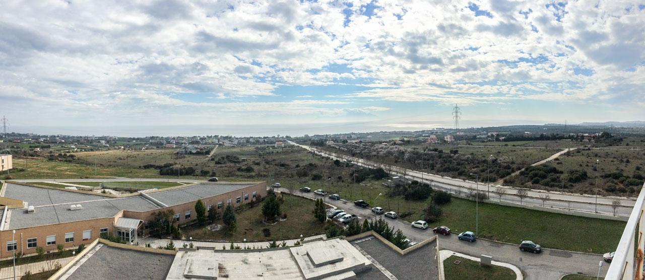 Δραγάνα - Άποψη νότια του ΠΓΝΕ (στο κέντρο τα ο οικισμός των Πέτρινων, δεξιά/δυτικά οι οικίες που ο κ. Χατζηαθανασίου ισχυρίζεται ότι πρέπει να προσμετρώνται στον πληθυσμό της Μάκρης