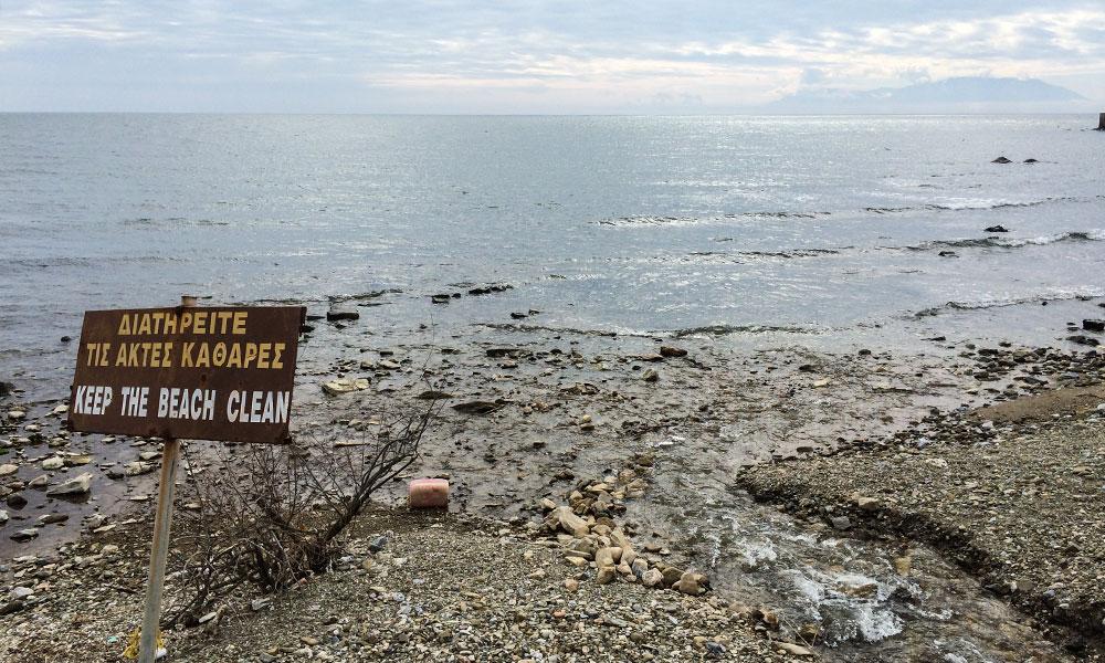 Εκβολή ρέματος Μάκρης στην παραλία του Πλατάνου, ανατολικά από το λιμάνι Μάκρης