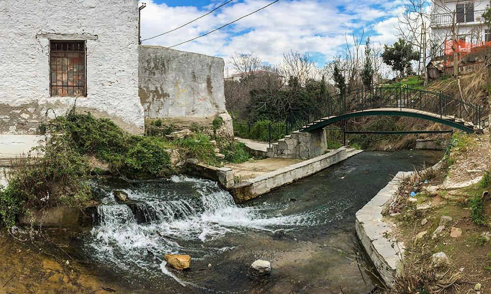 Αριστερά το παλιό λιοτρίβι της οικογένειας Αποστόλου και δίπλα το χαμάμ και η τοξωτή γέφυρα (Μάκρη, 3/3/2015)
