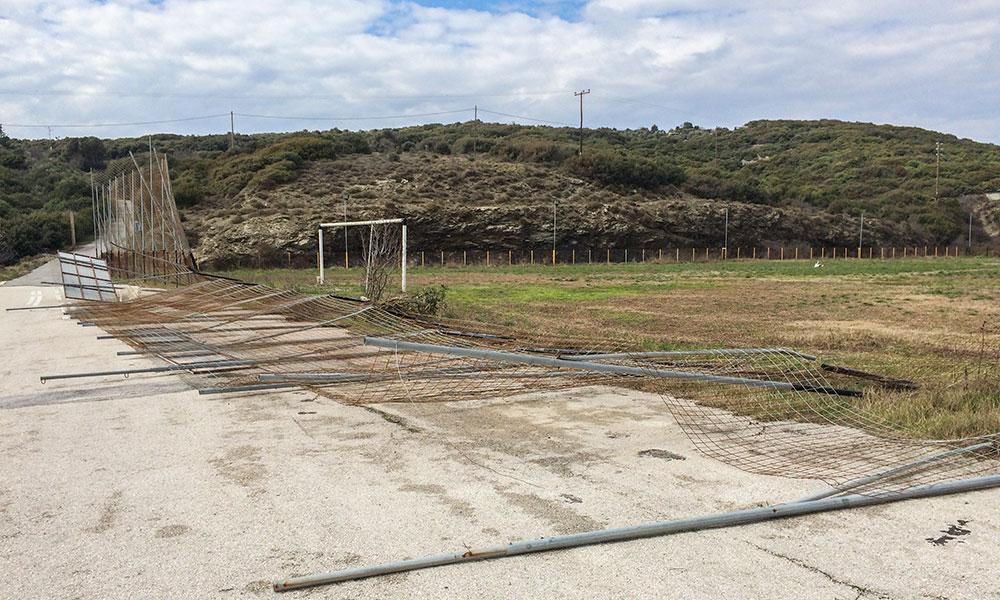 Ζημιές στο νέο γήπεδο Μάκρης από ισχυρούς νότιους και βόρειους ανέμους