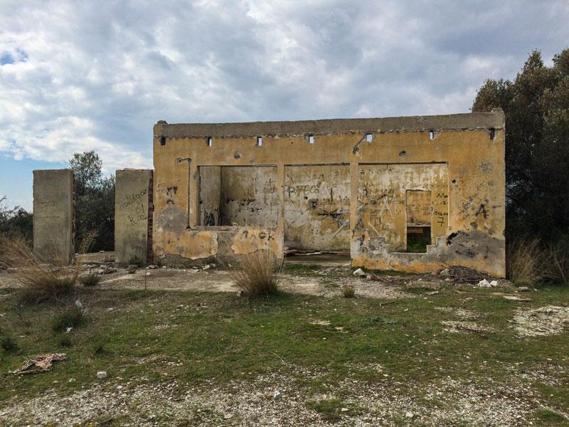 Εγκαταλελειμμένο δημοτικό αναψυκτήριο στο λόφο του Πανοράματος στα Δίκελλα Μάκρης