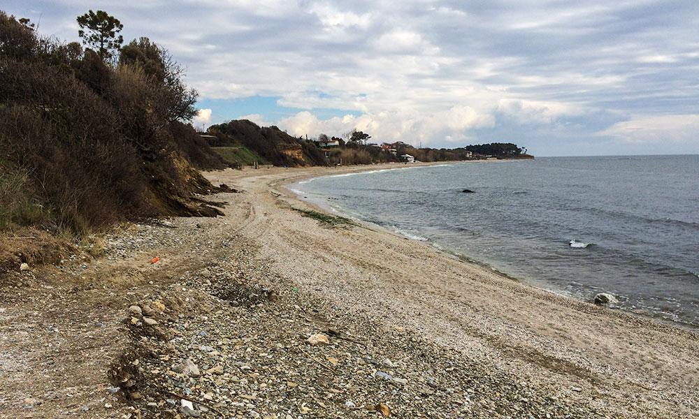 Η παραλία του Πλατάνου ανατολικά από το λιμάνι Μάκρης (στο βάθος η γνωστή παραλία του Άη-Γιώργη)