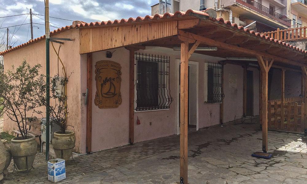 Το δημοτικό κτίριο δίπλα στο λιοτρίβι που έχει παραχωρηθεί στον Πολιτιστικό Σύλλογο Μάκρης και μπορεί να μετατραπεί (εναλλακτικά) μουσείο ελιάς στη Μάκρη