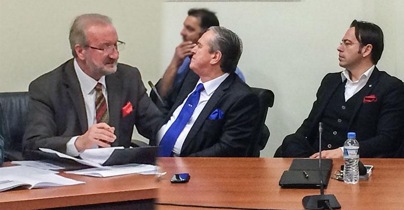 Νίκησε το κόκκινο ως επιλογή μαντηλιού στο πέτο. Αριστερά ο πρόεδρος του ΔΣ κ. Αγγλιάς και δεξιά οι κ.κ. Ζητάκης και Γκοτσίδης