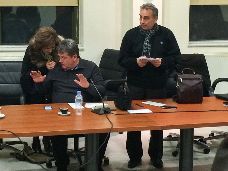 Η κ. Σοφία Χιτζή, μέλος της Δημοτικής Κοινότητας Αλεξανδρούπολης, με τον κ. Ευάγγελο Μυτιληνό, πρόεδρο της ΔΕΥΑΑ και τον κ. Κώστα Χατζηαναγνώστου, πρόεδρο της Επιτροπής Κυκλοφοριακών Ρυθμίσεων μετά τη λήξη της συνεδρίασης