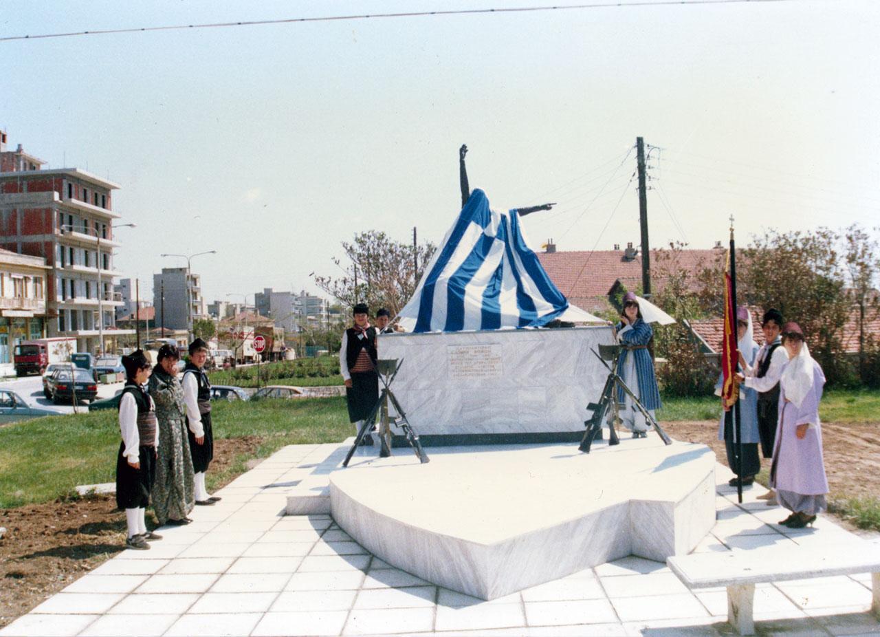 Το άγαλμα των Βισβίζηδων στη βάση του περιμένει την τελετή αποκαλυπτηρίων (24/5/1987)