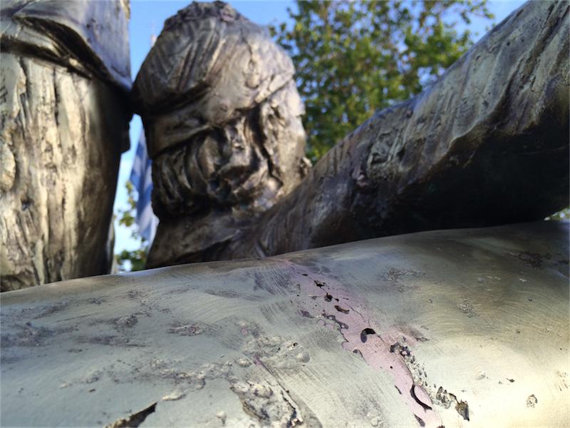 """Γλυπτό Γιώργου Μέγκουλα - Χατζηαντώνη και Δόμνας Βισβίζη στην Αλεξανδρούπολη (μετά το """"γυάλισμα"""" του δημάρχου κ. Λαμπάκη, 14/5/2015)"""