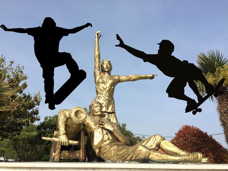Τους... skaters της παραλίας κατηγορεί ο κ. δήμαρχος για τα... χτυπήματα στο γλυπτό των Βισβίζηδων που τον ανάγκασαν να το... γυαλίσει (!!!)