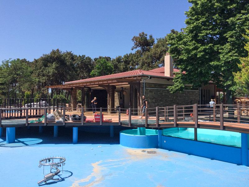"""Προετοιμασίες στο αναψυκτηρίο του Πάρκου Προσκόπων που ανοίγει """"κατά 99%"""" την Παρασκευή 29/5/2015 (φωτογραφία: 26/05/2015 11:45)"""