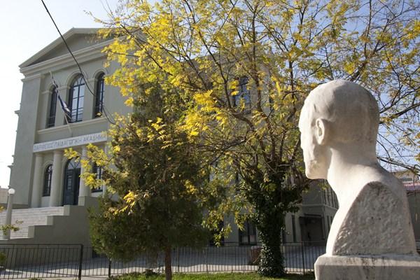 Το κτίριο της Ζαριφείου Παιδαγωγικής Ακαδημίας στο οποίο στεγάζεται το 1ο Πρότυπο Πειραματικό Δημοτικό Σχολείο Αλεξανδρούπολης