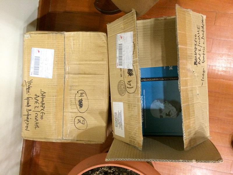Τα βιβλία του κ. Κουσκούκη στην αίθουσα του ΔΣ κατά την ορκωμοσία του κ. Αγγλιά (10/3/2015 18:13)