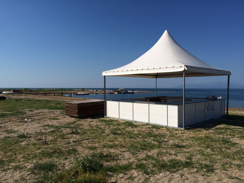 Αυθαίρετη (;) κατασκευή δίπλα στο κύμα κοντά στο beach bar στη Δυτική Χερσαία Ζώνη του ΟΛΑ (13/6/2015) - Τι είναι;