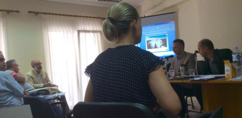Δήμαρχος και μυστικοσύμβουλος κατά την εισήγηση του πρώτου θέματος της ημερήσιας διάταξης (Λαμπάκης-Δούκας στο ΔΣ της ΠΕΔ της 17/6/2015)