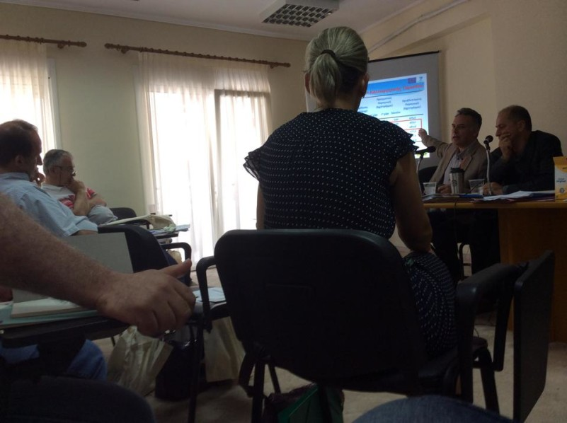 Ο μυστικοσύμβουλος παρακολουθεί προσηλωμένος το πρώτο θέμα της ημερήσιας διάταξης (Λαμπάκης-Δούκας στο ΔΣ της ΠΕΔ της 17/6/2015)