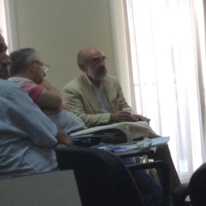 Ο μυστικοσύμβουλος εν δράσει, ψιθυρίζει στο αυτί του δημάρχου :-) (Λαμπάκης-Δούκας στο ΔΣ της ΠΕΔ της 17/6/2015)