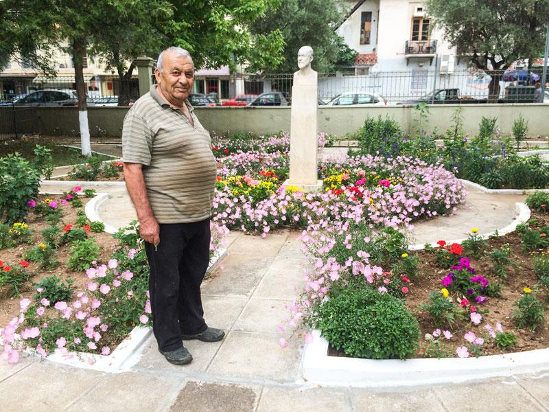 Ο κ. Γιάννης Μεταλλίδης, γείτονας του δημοτικού σχολείου και εθελοντής κηπουρός, μπροστά στο αποτέλεσμα των κόπων του τα τελευταία δύο χρόνια (22/6/2015)