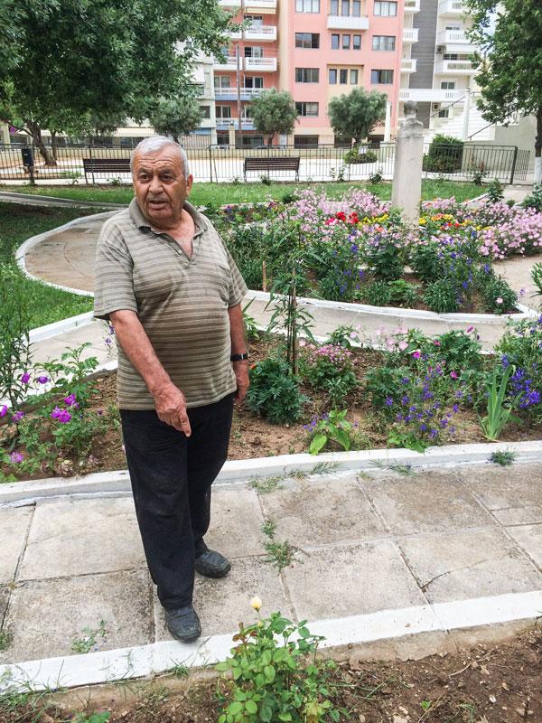 Ο κ. Γιάννης Μεταλλίδης δείχνει την τριανταφυλλιά, αποτέλεσμα δωρεάς  περαστικού γείτονα (22/6/2015)