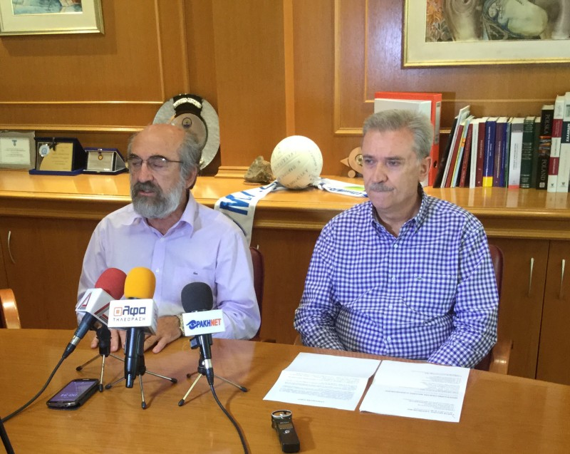 Ο δήμαρχος Αλεξανδρούπολης κ. Ευάγγελος Λαμπάκης και ο πρόεδρος της ΤΙΕΔΑ (και πρώην δήμαρχος) κ. Αρβανιτίδης στη συνέντευξη τύπου της Πέμπτης 23/7/2015 ανακοινώνουν το πρόγραμμα της Γιορτής Κρασιού 2015