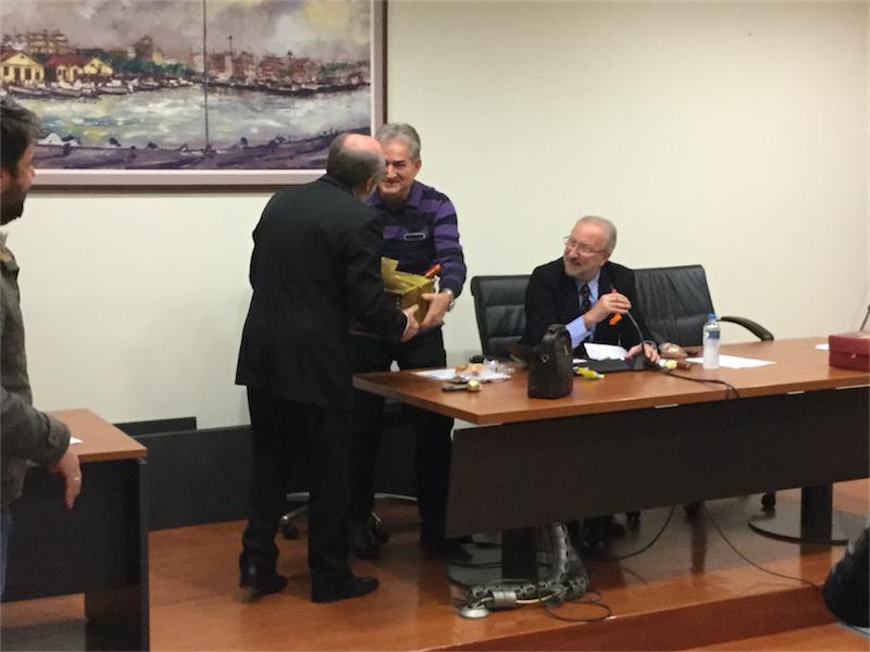 Το φλουρί των ατομικών βασιλοπιτών του 1ου ΔΣ του 2016 (και το καλάθι-δώρο με κρασιά) στον αντιπρόεδρο του ΔΣ κ. Ιωάννη Ταρτανή (8/1/2016 18:23)