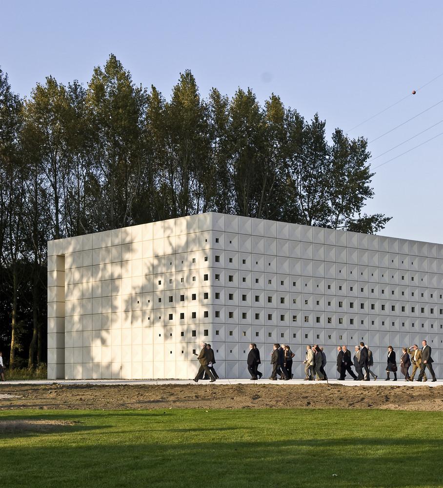 """Το κρεματόριο του Αγ. Νικολάου στο Βέλγιο (αρχιτεκτονικό γραφείο<br /> KAAN Architecten, πηγή: <a href=""""http://www.archdaily.com/428104/crematorium-heimolen-claus-en-kaan-architecten"""">http://www.archdaily.com/428104/crematorium-heimolen-claus-en-kaan-architecten</a>)"""