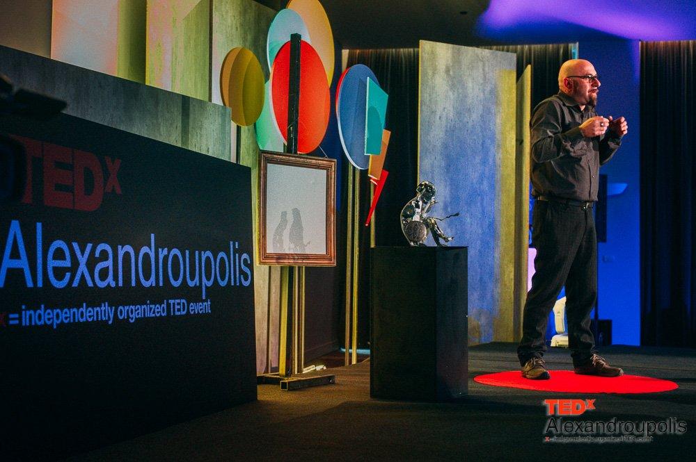 """Τριαντάφυλλος Βαΐτσης:"""" Αυτό που βλέπουμε είναι πάντοτε λιγότερο από αυτό που κοιτάμε"""" (13/2/2016 - πηγή φωτό: @TEDxAlexpolis)"""