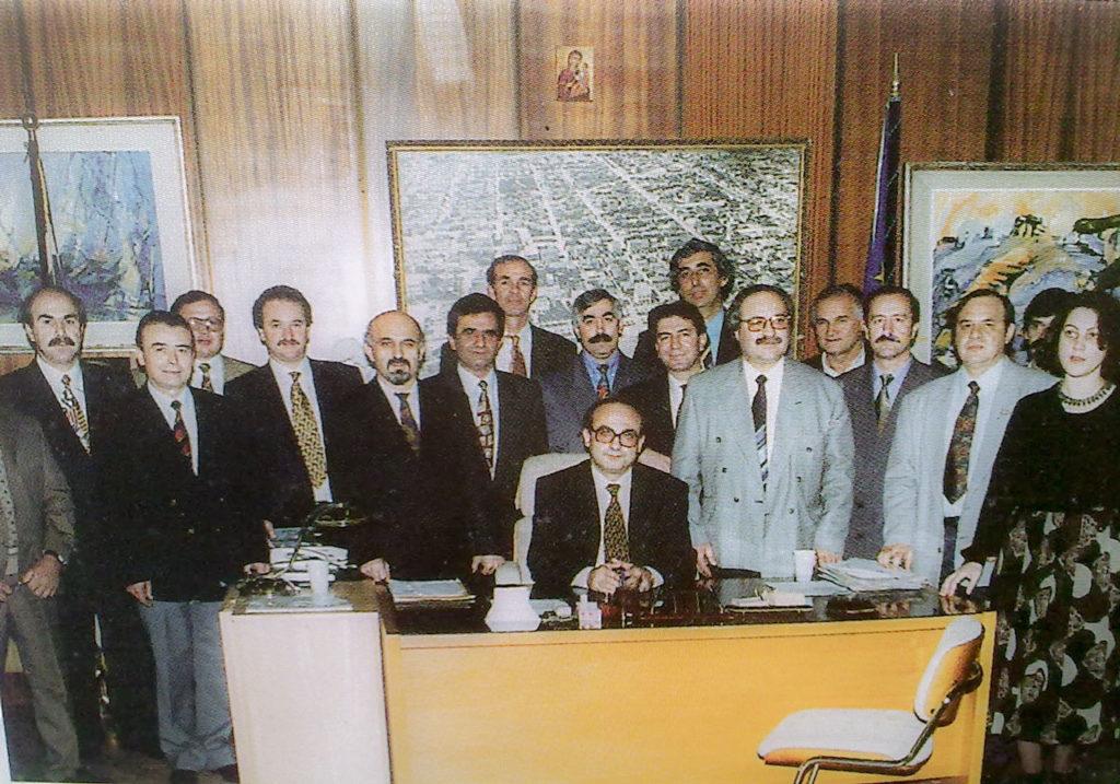 Το Δημοτικό Συμβούλιο επί Δημαρχίας του Ηλία Ευαγγελίδη (από old-alexpoli.gr). Διακρίνονται από αριστερά προς δεξιά οι: Ηλιάδης, Κουσίδης, Κούρτης, Καϊσας, Παντελίδης, Καραμανίδης, Κοσμίδης Γ. , Γιοφτσίδης, Σεραφειμίδης, Καφετζής, Ευθυμίου, Μπίμπασης, Γιαννούλης, Θωμαϊδης, Γκιοκτσέ.