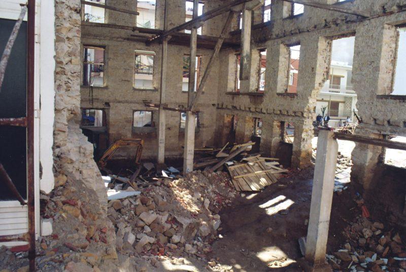 Το Καπνομάγαζο λίγο μετά την κατάρρευση μέρους του κτιρίου και της στέγης (αρχείο Γιάννη Φυντανίδη/ΤΕΕ Θράκης Ν.Ε. Έβρου)